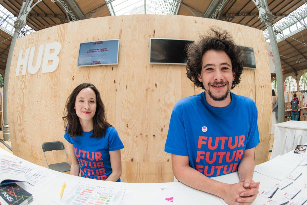 Les bénévoles de Futur en Seine aiguillent les visiteurs dans le hub de l'innovation
